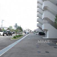 広々とした駐車スペース。全平置きとなっています。来客用駐車場も1台あり。