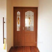 リビングへのドアはレトロな雰囲気