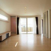 リビングは間続きの和室と一体となった大空間。南からの光もたっぷりです。