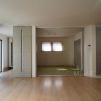 玄関を入るとすぐにリビング。リビングは間続きの和室と一体となった大空間。