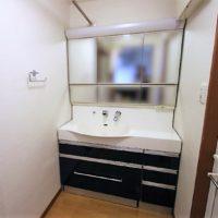 ワイドタイプの洗面化粧台。2人並べるサイズなので、忙しい朝には助かりますね。