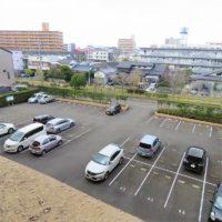駐車場は全て平置きです。来客駐車場は何と5台!