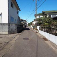 前面道路は約4m。離合が少し難しいのですが、あまり交通量は多くありません。