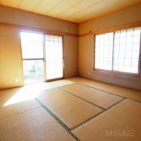 玄関を入ってすぐにある和室。ご夫婦の寝室に良いです。