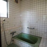 浴室は在来工法。ユニットバスに交換して気持ち良いバスタイムを過ごしたいですね。