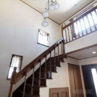 玄関にある吹き抜け階段。レトロな洋館のようですね。