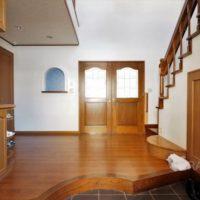 玄関内部は吹き抜け空間でとてもゆとりあるスペース。建具も素敵です。