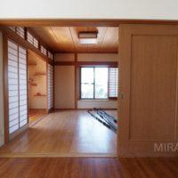 リビングと間続きとなっている和室。縁側もありホッとできる空間。