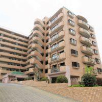 人気の高台に建つ、総戸数87戸のオール電化マンション(外観)