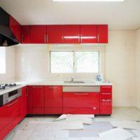 キッチンは真っ赤な色味でキッチュな印象。床は張替えが必要です