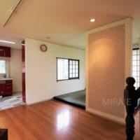 LDKは広々とした空間で、掘り炬燵のある畳スペースがあります。