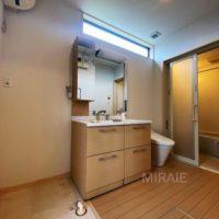 脱衣スペース。トイレがオープンなのが特徴的です