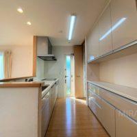 キッチンは背面収納もあり収納がたくさん。