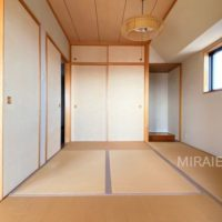 リビングと廊下の両方から行き来できる和室。風も通せる造りとなっています。