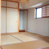 和室にも小窓がある為明るい印象です。