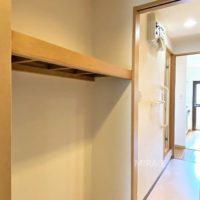 脱衣所と洋室の間にある収納スペース。衣類を掛けるハンガーパイプを設置しても良いですね。