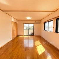 2階西側洋室はとても広い部屋なのでご夫婦の寝室に最適。南からの光もたっぷり入ります。