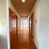 玄関からリビングへの廊下。逆方面は西側洋室となります。