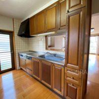 キッチンは木製でこの家にぴったりの雰囲気。コンロ等の設備のみ交換してこの雰囲気を生かしても良いと思います。