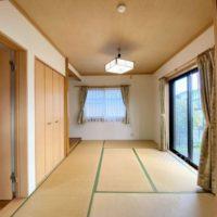 リビングと間続きとなる和室。収納もあって便利なお部屋です。
