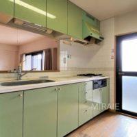 光差し込む明るいキッチン。築年数を考えるとリフォームしても良いかも。