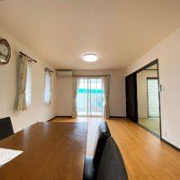 無垢材を利用した床材は気持ちの良いリビング空間。