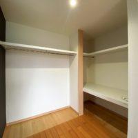 南西洋室は広い空間になっており、ご夫婦の寝室に最適。奥はウォークインクローゼットになっております。