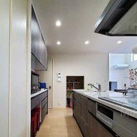 キッチンは背面収納もあって大変便利