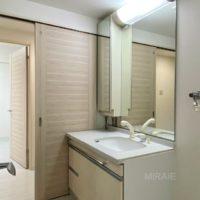 大きな鏡が使いやすい洗面化粧台。