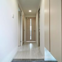 白を基調とした明るい玄関スペース