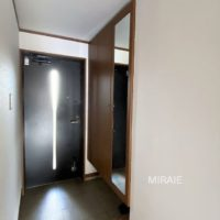 玄関ドアには採光用のスリットがあり、暗くなりがちな北側の玄関に、自然光を優しく取り込みます。