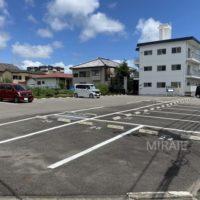 マンションから約60mの所にある敷地外駐車場。こちらも停めやすい平置きタイプです。