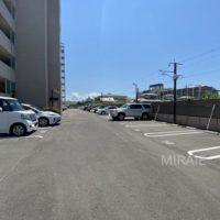 駐車場は平置きタイプ、敷地も広いので停めやすいです。