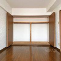 洋室クローゼットも壁一面で収納力があります。