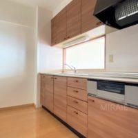 使いやすい対面式のキッチン。収納もしっかりあります。