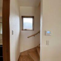 2階への階段はキッチン横から上がります