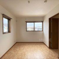 2階の北側の洋室。少し小さめなので、書斎等のスペースに最適です。