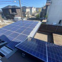 屋根とカーポートに設置されている太陽光パネル
